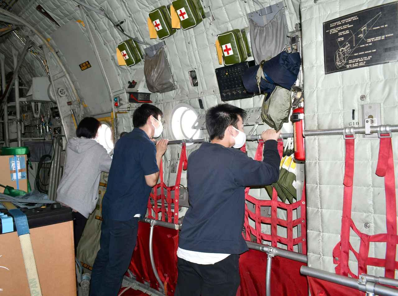 画像1: 1面記事:小牧基地から入間基地へ 定期便に体験搭乗|石川地本