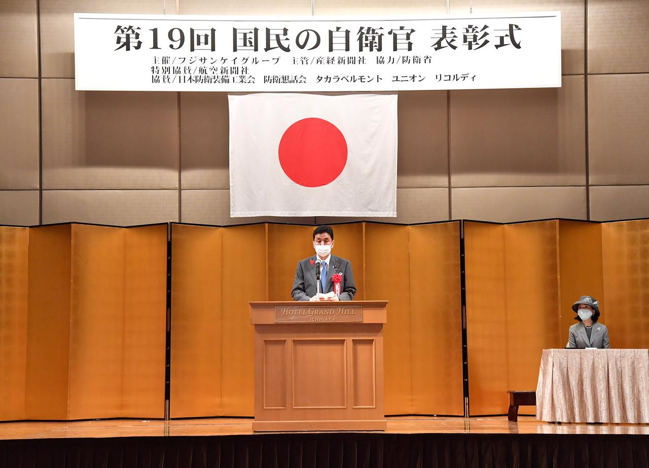 画像: 表彰式で祝辞を述べる岸防衛相