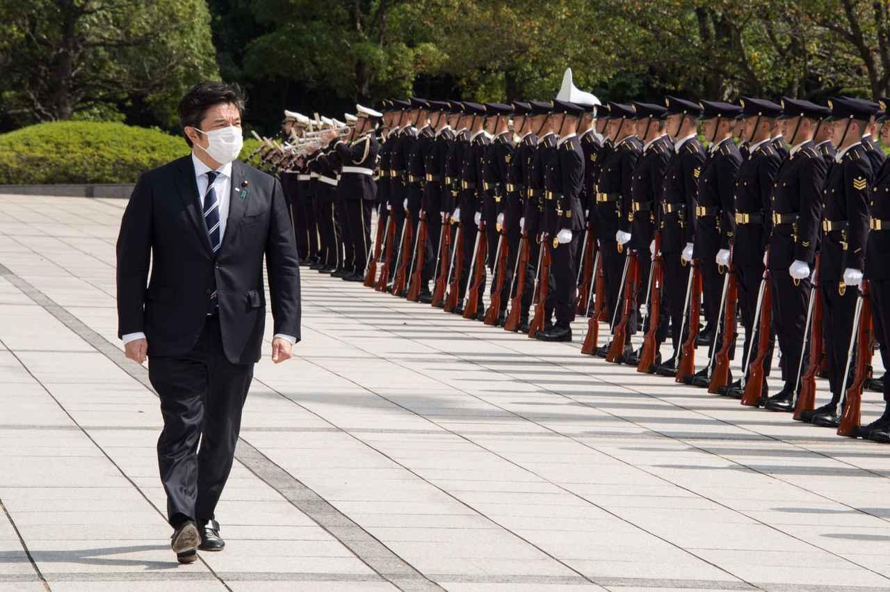 画像: 栄誉礼を受ける中山泰秀前防衛副大臣