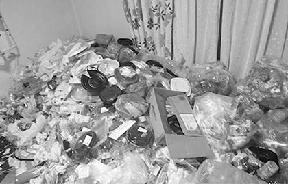 画像: コンビニの弁当、ペットボトルがそのまま投げ捨てられている