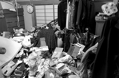 画像: ごみを捨てたくても捨てられず、仕方なく部屋が散らかることも……