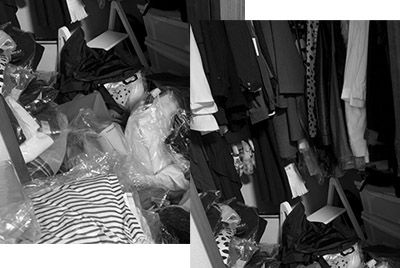 画像: 高価な服も床に置き捨てられる。新品も多い