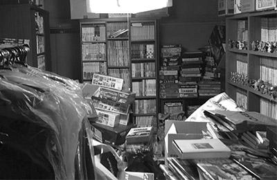 画像: 部屋の容量以上に本、プラモデルが積まれている