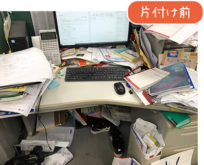 画像: 無造作に積み上げられた本や書類、デスクの足下もグチャグチャ……