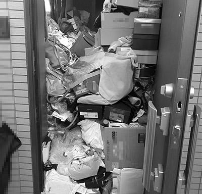 画像: 玄関がごみで塞がれていると救急隊も入れず危険