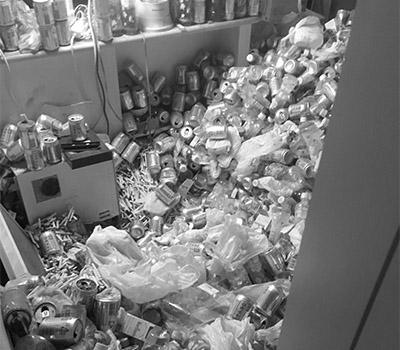 画像: 空き缶、吸い殻が散乱するごみ屋敷は、害虫の温床に
