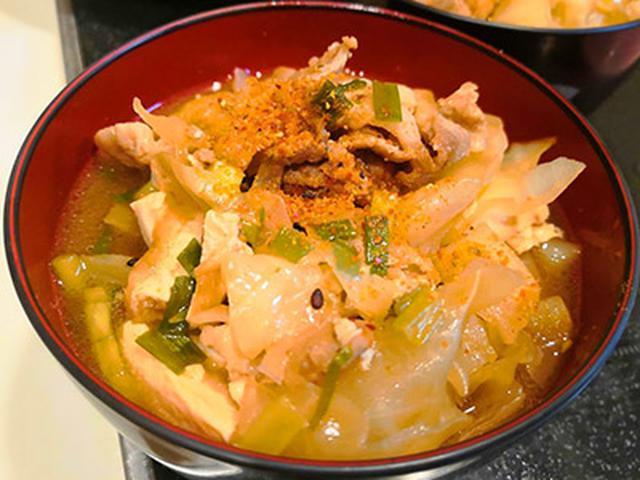 画像: 基本の豚汁はゴマ油で豚肉と野菜を炒めて。煮ているときに出た油を取り除いてカロリーカット