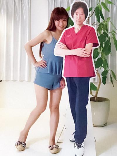 画像: 歯科医の旦那さんの等身大パネルといっしょ!