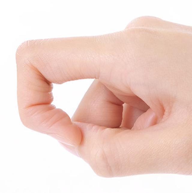 画像: 指の関節が直角に曲がるようにカギを作る