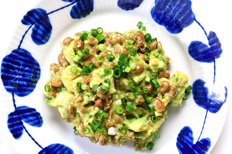 画像: アボカドの身を取り出し納豆と混ぜるだけ! 「アボカド納豆」超簡単レシピ