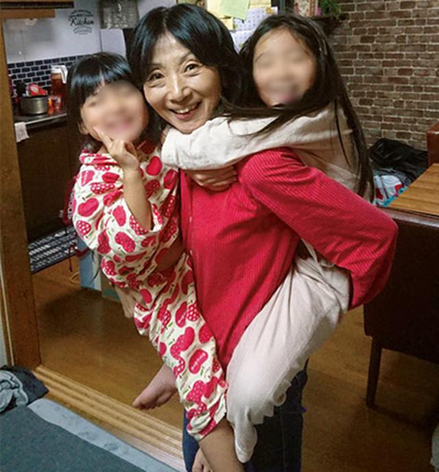 画像: 森先生とお孫さん。一人を抱っこし、もう一人をおんぶしても平気!