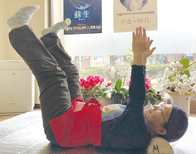画像: 手足ブラブラ体操をする森先生。この体操のコツは、腕や足の付け根から微振動させること