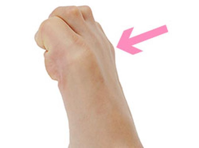 画像: 指の根もとの関節が動くように、大きく回す。