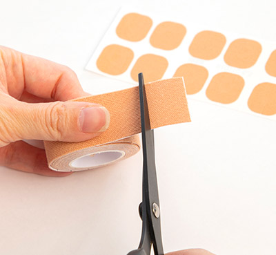 画像2: 【コリ・痛み】2㎝角の肌用テープを貼るだけのセルフケア  微弱な刺激が筋肉の緊張を緩和