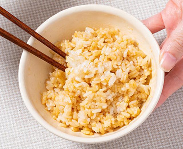 画像: しょうゆをご飯に先に混ぜ込む。