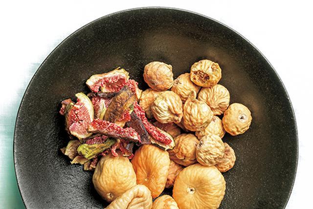 画像: 左上の赤い果肉は日本産、右上の小粒は中国産、下の大粒はトルコ産