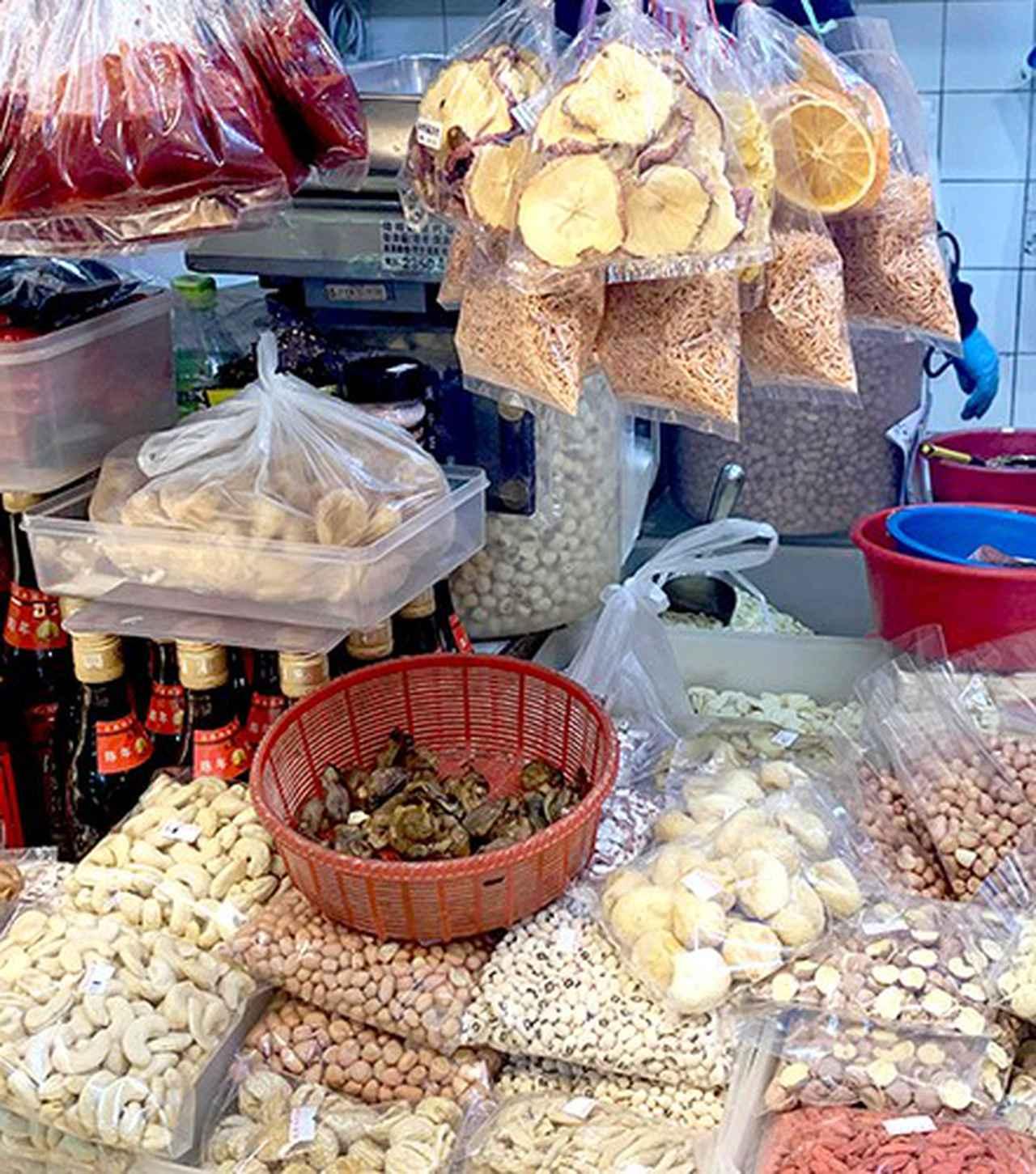 画像: 香港では乾物店にドライフルーツが並んでいる