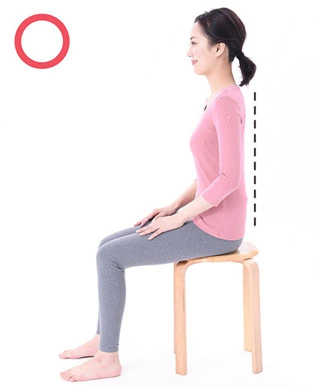 画像: 骨盤、ひざ、つま先は一直線。鎖骨は左右に引っ張り、肩と耳の距離を保つ。