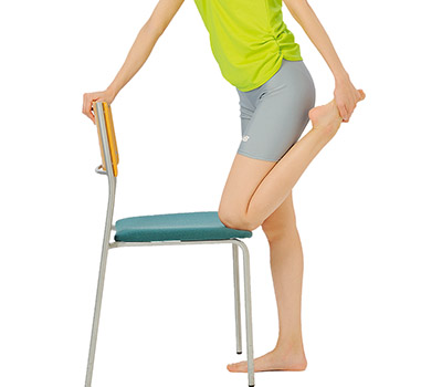 画像: 足に手が届かない場合は、立ってイスにつかまってもOK!