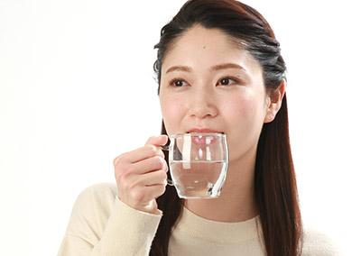 画像: 水を飲み過ぎると体内のミネラルが不足する