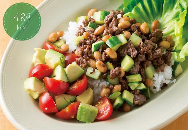 画像: 野菜も肉も大豆も一度にとれてこの1皿で栄養バランスばっちり! ひき肉と豆とキュウリのオイスター炒めのサラダごはん