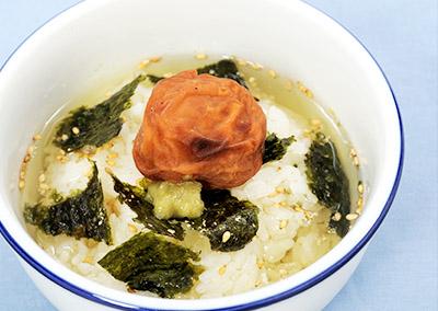 画像: 焼き梅干しをお茶漬けにのせ、ワサビを加え食べるのもお勧め