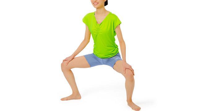 画像: 【股関節痛】ガニ股姿勢で腰を落とす体操が効果的 人前でなければ足を開いて座ろう - かぽれ