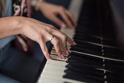 画像: ピアノの打鍵のように、手指の小さな骨への軽い圧でも回数が多ければ骨トレ効果は得られる