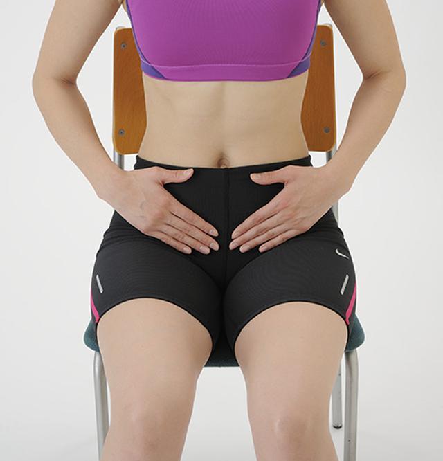 画像: 体操を行う前に、タオルを使って骨盤底筋群の位置を確認しておくとよい。