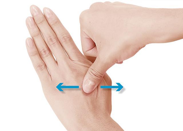 画像2: 手の甲つまみのやり方