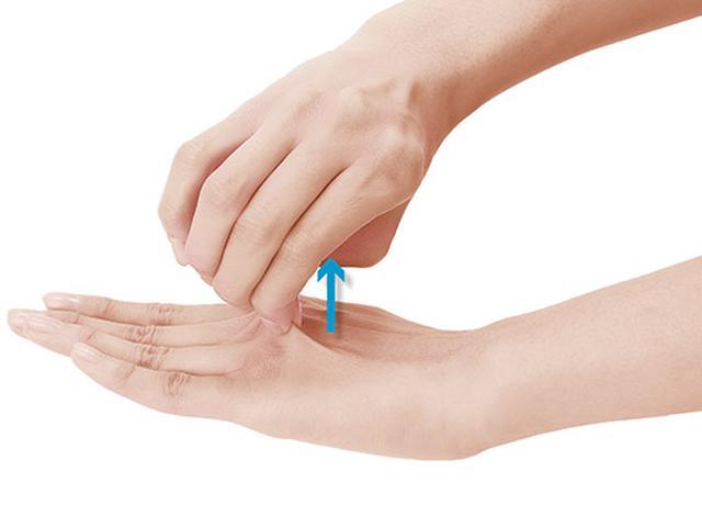 画像1: 手の甲つまみのやり方