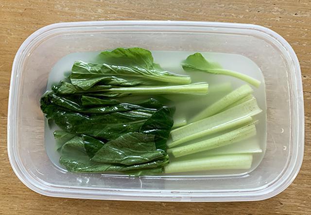 画像: 漬け汁から小松菜が出ないように「落としラップ」をしました