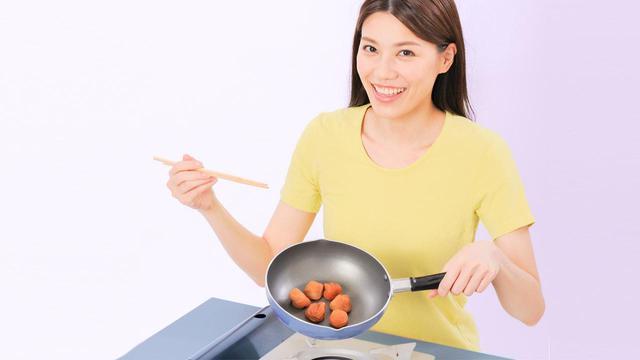 画像: 【焼き梅干しとは】フライパンやレンジで簡単にできて作り置きもOK 加熱すると有効成分が増える - かぽれ