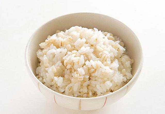 画像: エネルギー:227kcal 食物繊維:3.0g(1人分150g当たり) 精白米の26倍、玄米の4倍の食物繊維を含むモチ麦。