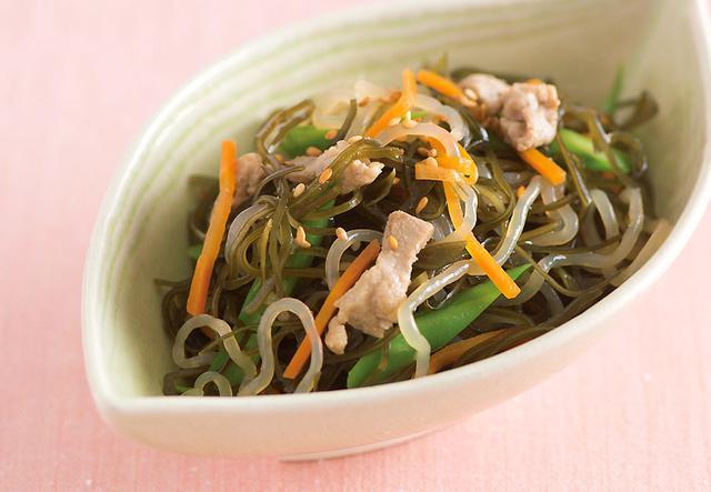 画像: エネルギー:136kcal 食物繊維:6.1g(1人分当たり) ゴマは最強のちょい足し食材!振るだけで風味と食物繊維が増やせます。