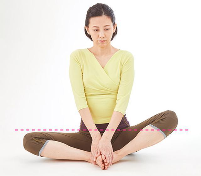 画像: 足の裏を合わせたとき、左ひざのほうが高い人は膵臓の働きが低下しやすい