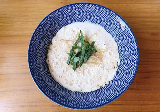 画像: シソとミョウガをのせた山本先生の鹹豆漿