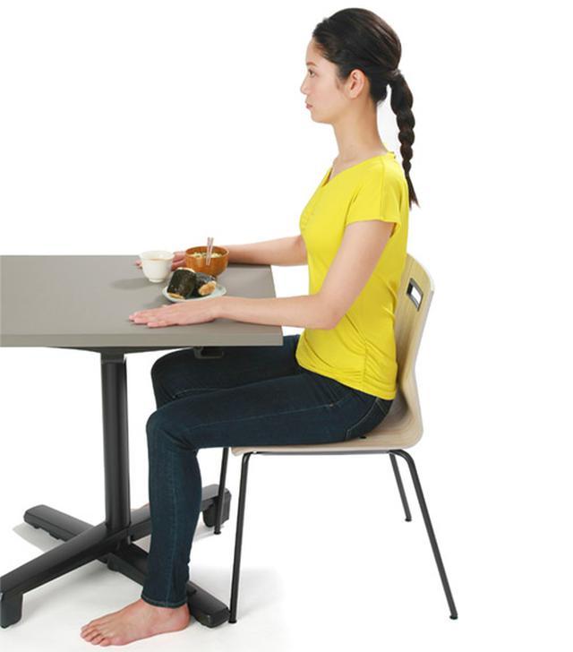 画像1: 誤嚥やのどの詰まりを防ぐ食事の姿勢