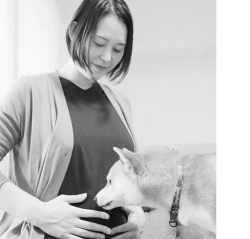 画像: 現在は双子を妊娠中。おなかが徐々に大きくなってきているが、腰に負担がかからないよう過ごしている。