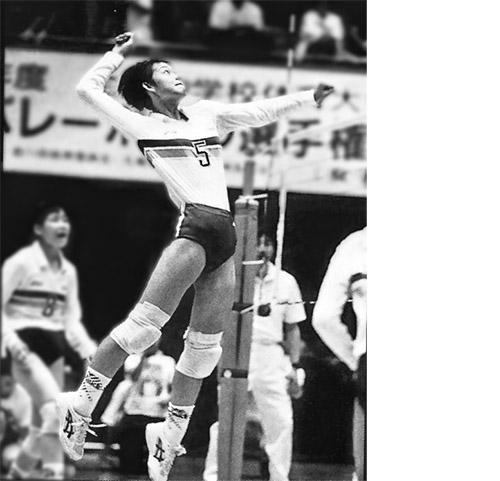 画像: 高く跳び上がり、スパイクを放つ中学生時代の大山加奈さん。中学生のときも全国制覇を果たす。