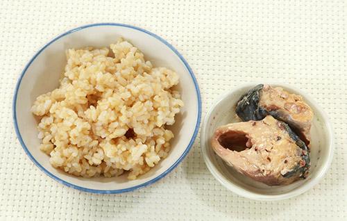 画像: 夕食は玄米ご飯にサバ缶を活用して自炊!