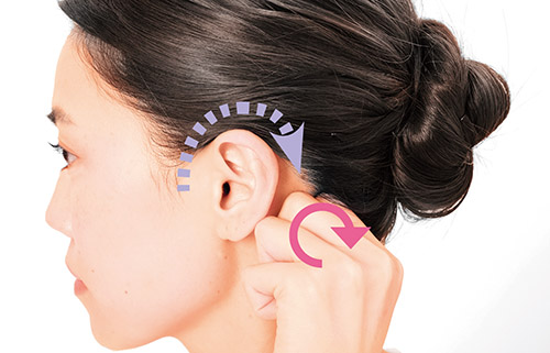 画像: 耳の後ろまで徐々にずらしていく