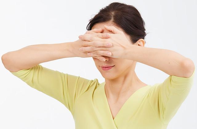 画像: ②目の神経を休める 「手のひら目隠し」