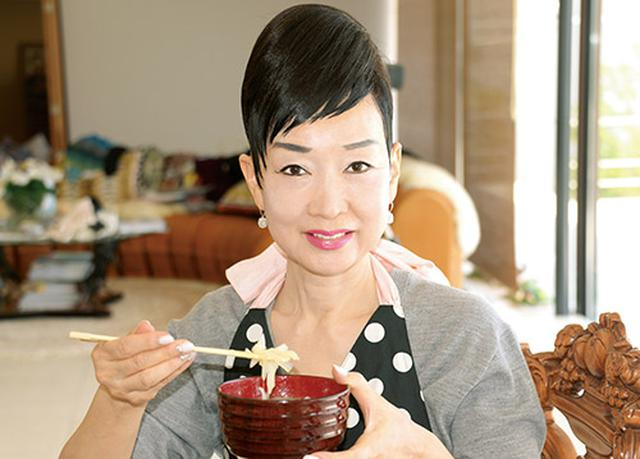 画像: 「顔色がよくなる」と、タマネギスープを愛食する中島さん。