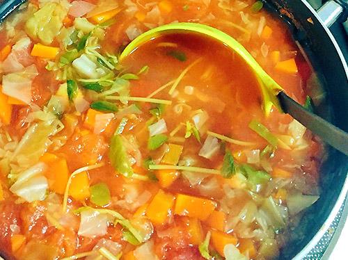 画像: はしもとあやねさんのタマネギスープの作り方