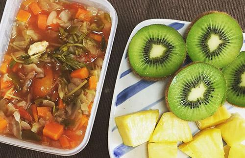 画像: キウイ、パイナップルなどの果物とタマネギスープを食べる日もあった。