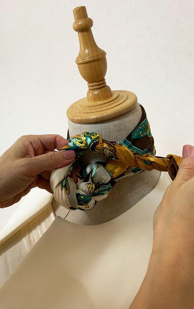 画像: ねじったスカーフでお花を作ります。