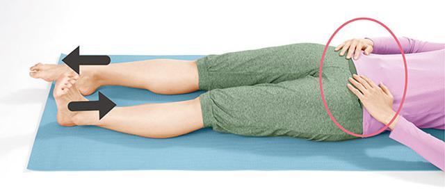 画像: 骨盤の上に置いた手は動かさない。