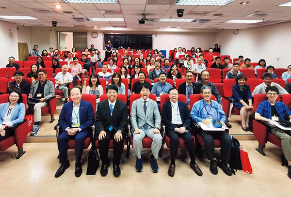画像: 台湾での講演後、歯科医療関係者と「あいうべー」。