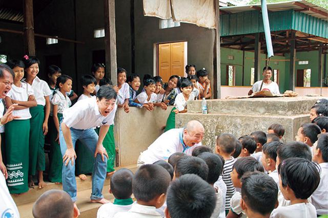 画像1: ミャンマーの子供たちに口の体操「あいうべ」を教える今井先生。